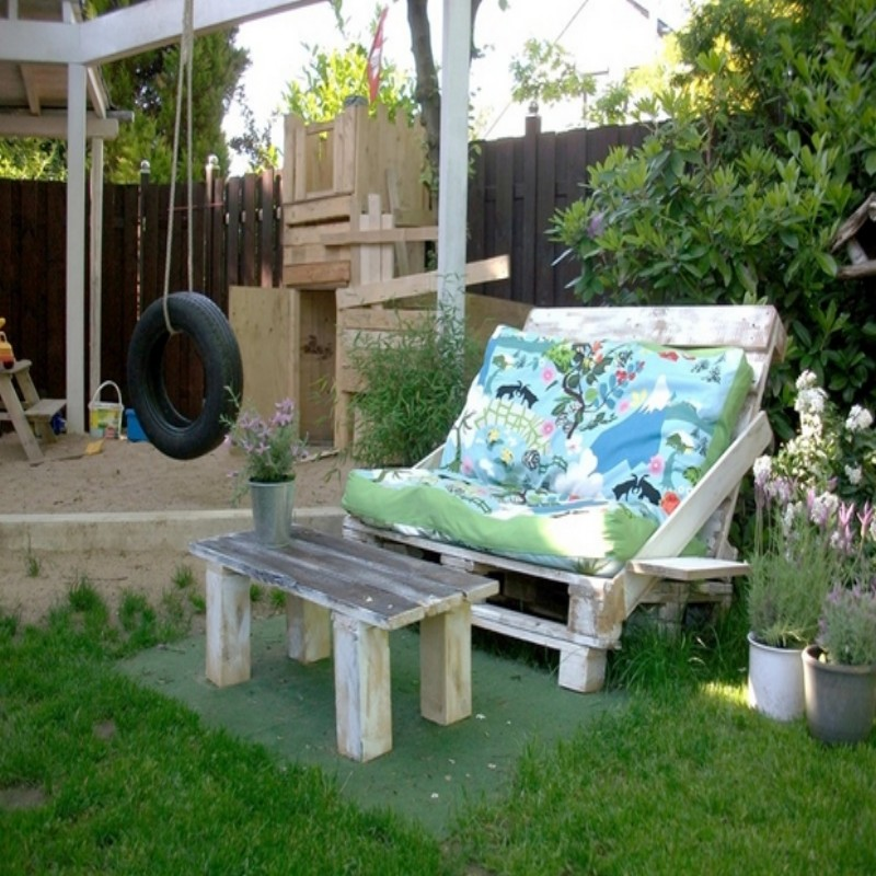 Pallets-Outdoor-Sofa-with-Table