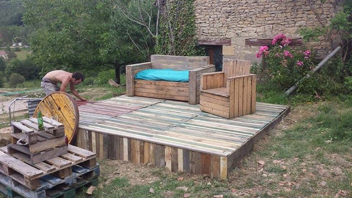 Wonderful pallets stage with furniture pallet ideas - Terrasse en bois de palette ...