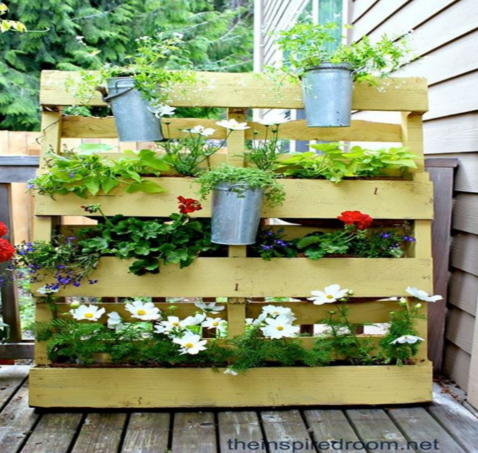 Recycled wood pallet vertical gardens pallet ideas for Vertical pallet garden