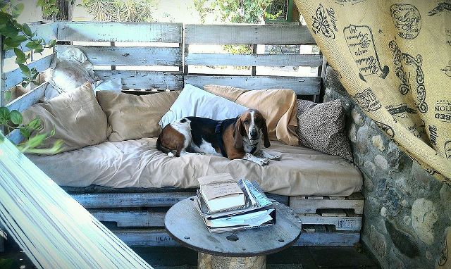 Rustic pallet dogs daybed pallet ideas recycled for Outdoor pallet daybed