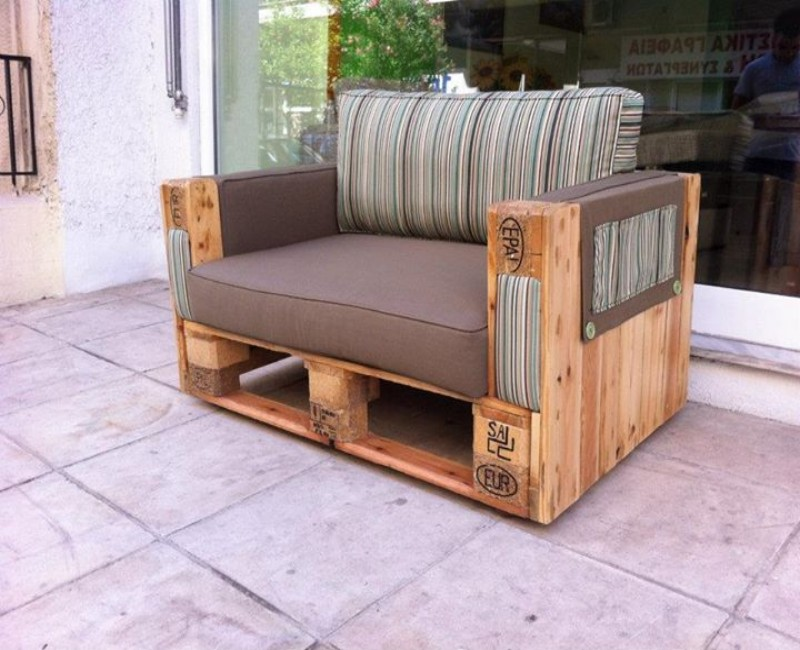 Couches with Wooden Pallets ...