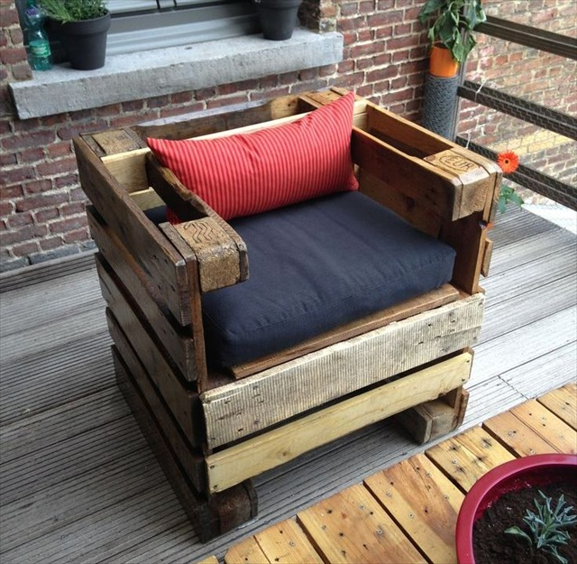 Recycled pallets wood armchair ideas pallet ideas for Palette table de jardin