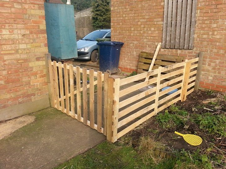 Diy pallets fence to secure the garden pallet ideas for Homemade fence ideas