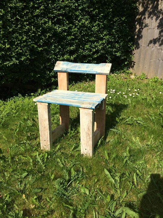 Pallets made garden stools pallet ideas recycled for Stools made from pallets