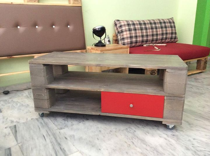 Pallets coffee table with drawers pallet ideas recycled for Diy coffee table with drawers