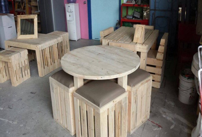 with Round Wood Pallet Table additionally DIY Pallet End Table ...
