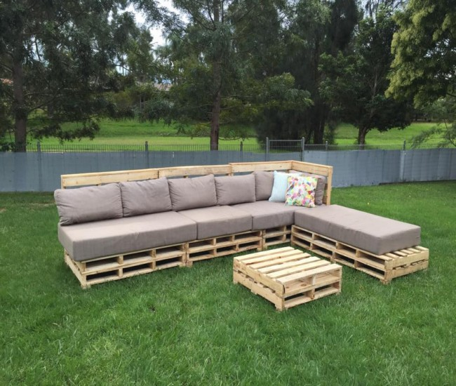 Patio Pallets Seating with Coffee Table