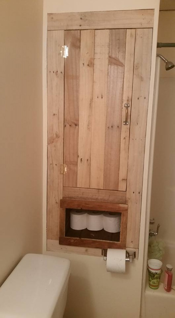 Bathroom storage made with pallets wood pallet ideas for Pallet bathroom ideas