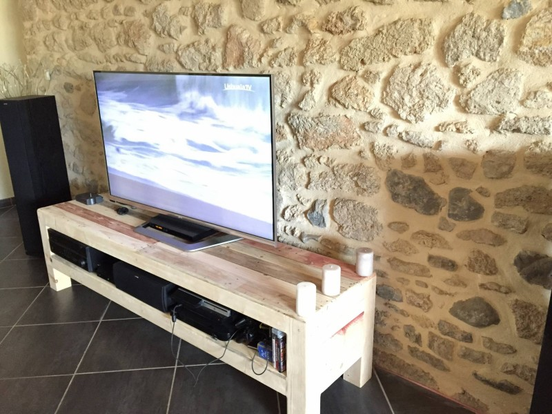 Pallets ideas designs diy meuble tv de la palette for Meuble de tv en palette