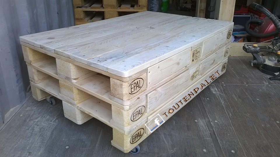 pallets coffee table on wheels pallet ideas. Black Bedroom Furniture Sets. Home Design Ideas