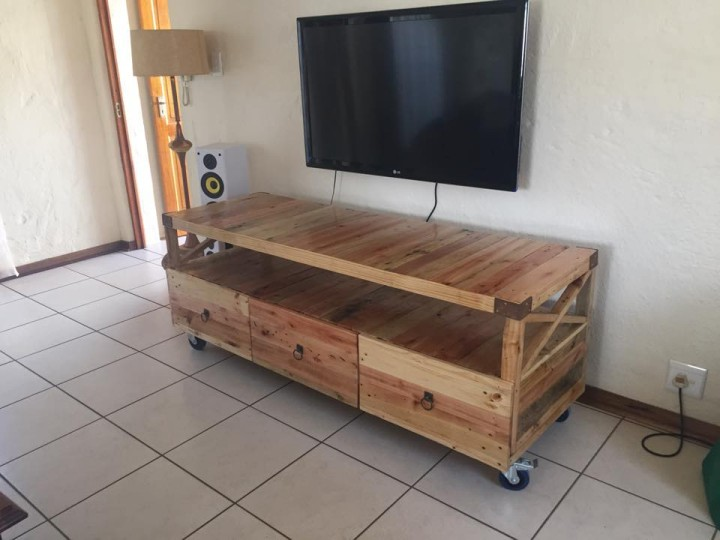 Wooden Pallet Rustic TV Stand | Pallet Ideas: Recycled / Upcycled ...