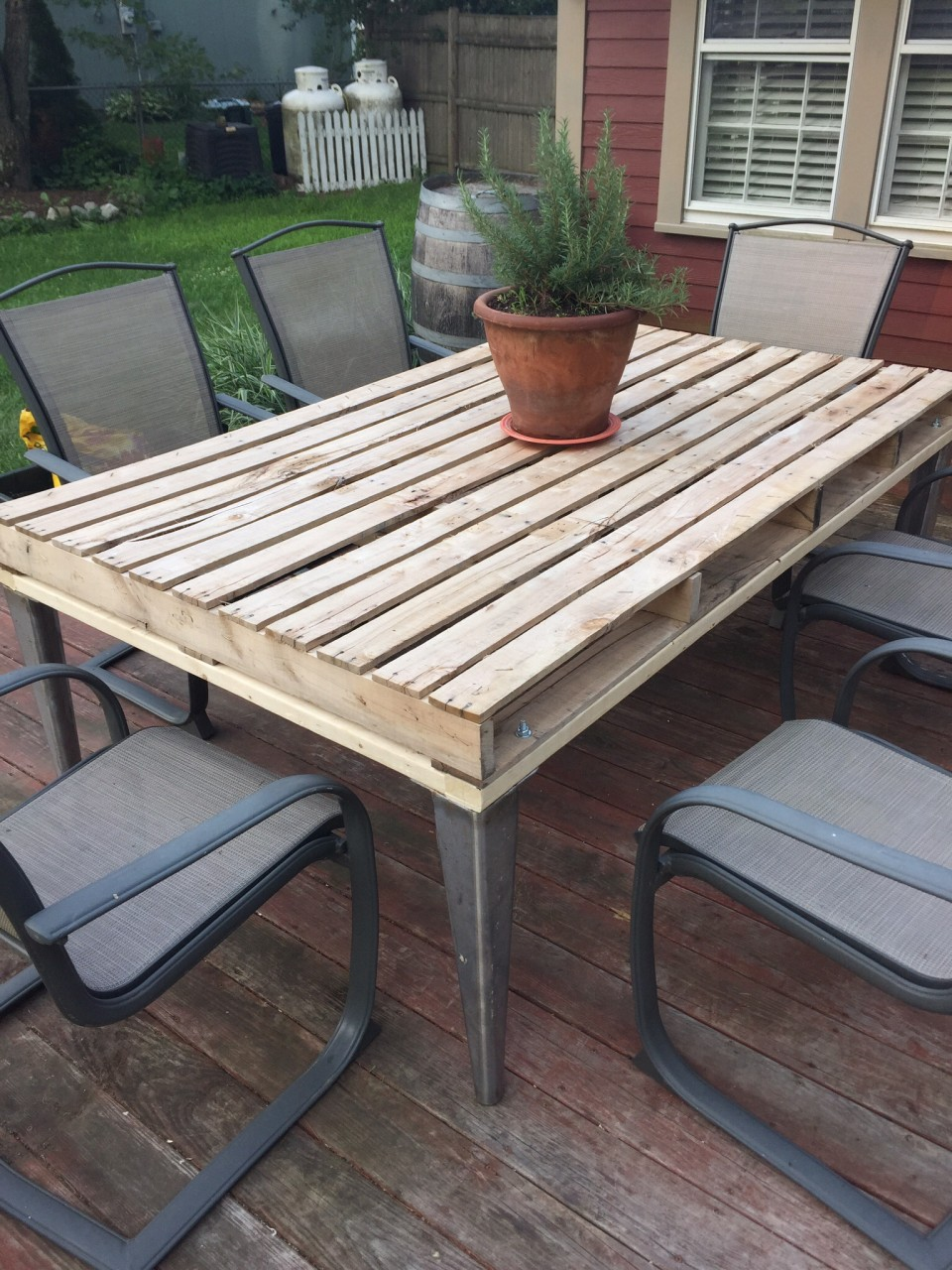 Patio coffee table out of wooden pallets pallet ideas for Outdoor deck furniture ideas