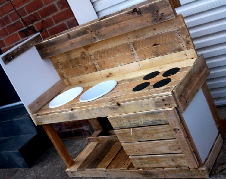 Reclaimed pallet mud kitchen pallet ideas recycled for Pallet kitchen ideas