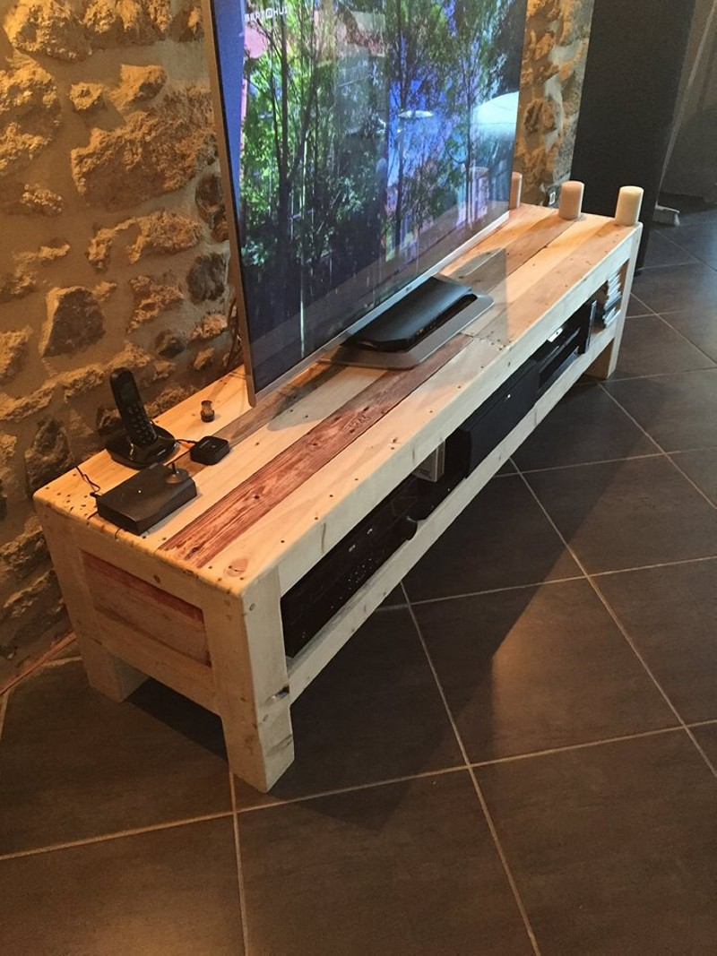 meuble tv de la palette pallet ideas recycled upcycled pallets furniture projects. Black Bedroom Furniture Sets. Home Design Ideas