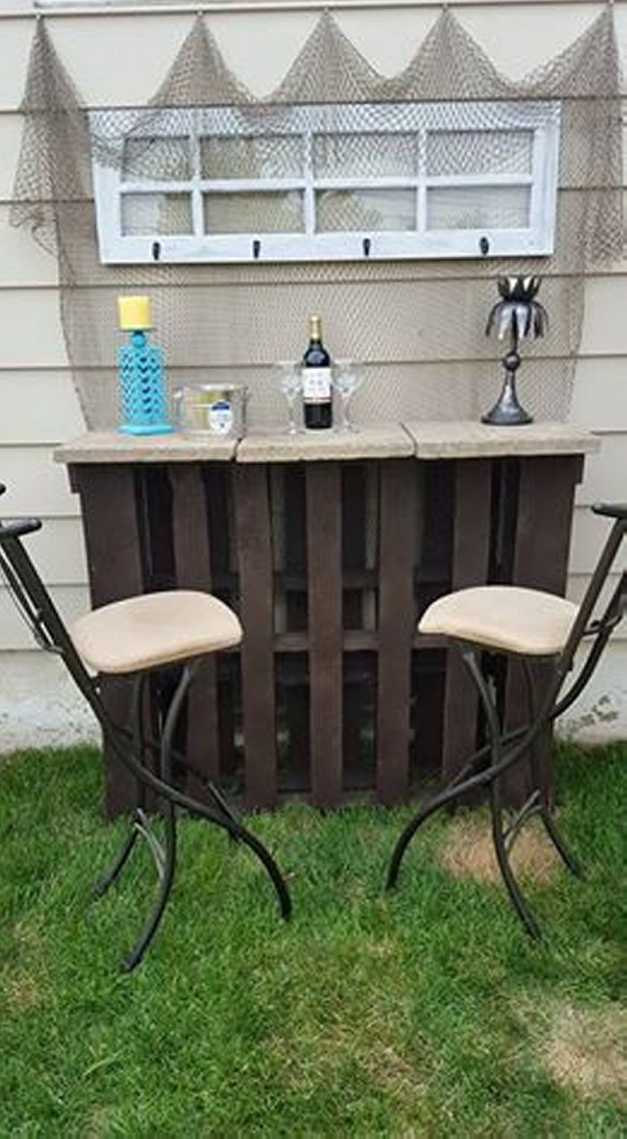 Pallet outdoor bar with table pallet ideas recycled for Wood outdoor bar ideas