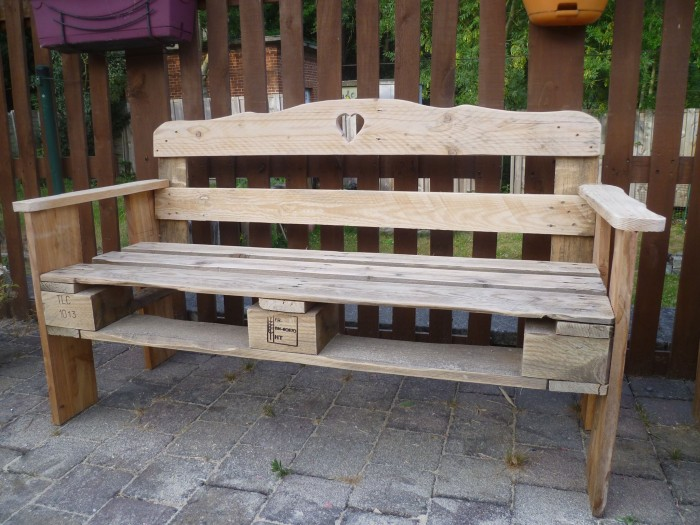 patio pallet made bench pallet ideas recycled. Black Bedroom Furniture Sets. Home Design Ideas