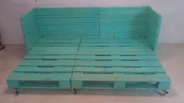 Movable sofa bed out of pallet wood pallet ideas for Movable pallets