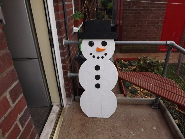 Pallet christmas tree snowman snowflake pallet ideas for How to make a wood pallet snowman