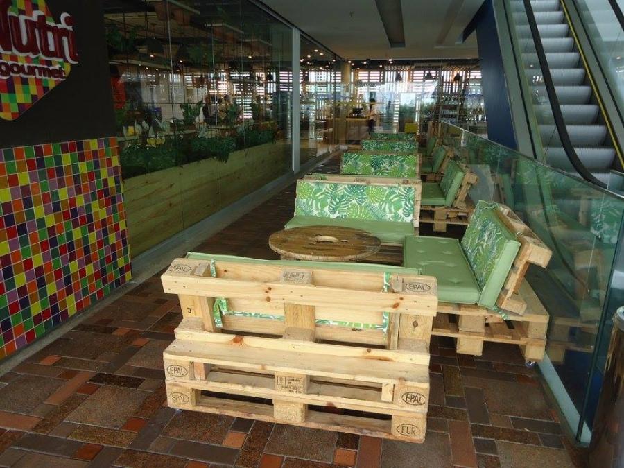 Pallet Furniture at the Restaurant | Pallet Ideas
