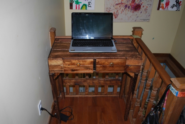 pallet projects for computer desk tables pallet ideas recycled upcycled pallets furniture. Black Bedroom Furniture Sets. Home Design Ideas