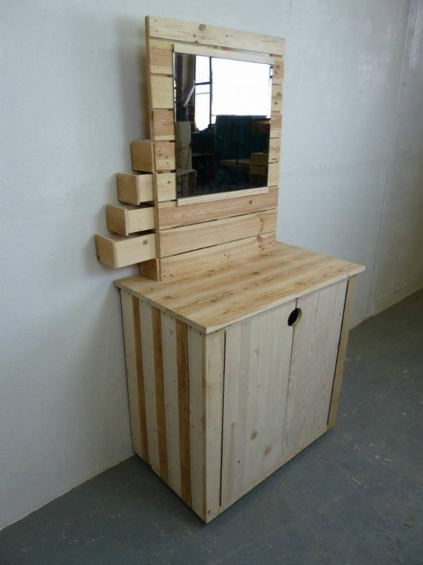 Pallet made vanity table pallet ideas recycled for Pallet bathroom vanity