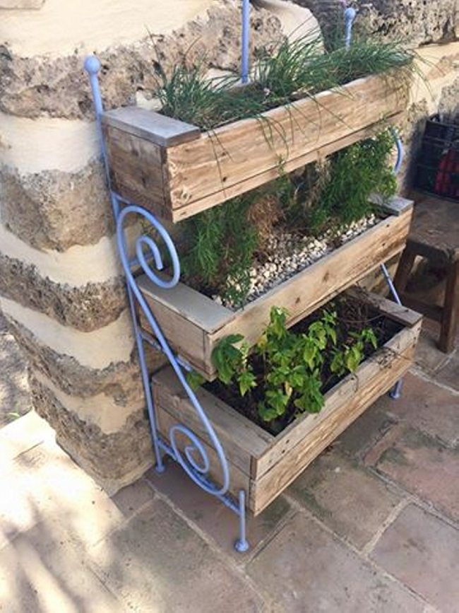 Pallets wooden made vertical garden pallet ideas for Macetero vertical pallet