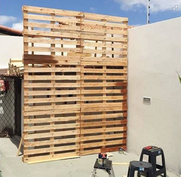 Diy patio decoration with pallet planter pallet ideas for Building a wendy house from pallets