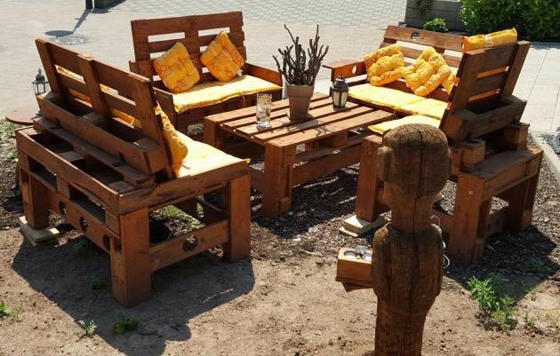 outdoor furniture from wood pallets pallet ideas. Black Bedroom Furniture Sets. Home Design Ideas
