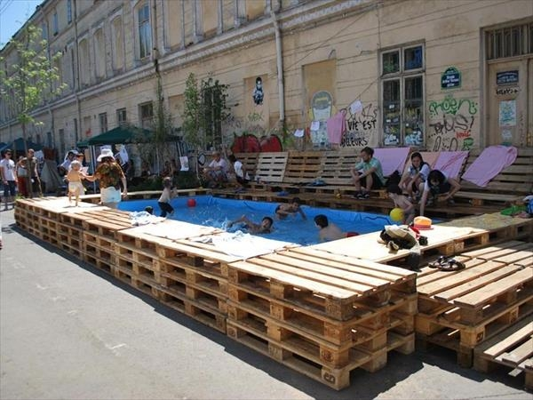 Pallet hot tub and pool deck ideas pallet ideas for Pond made from pallets