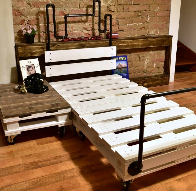 Reclaimed Wood Pallet Bed With Pipes Pallet Ideas Recycled Upcycled Pallets Furniture Projects