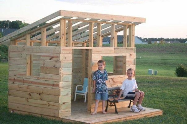 Diy kid s fort from recycled pallets pallet ideas for Pallet tree fort