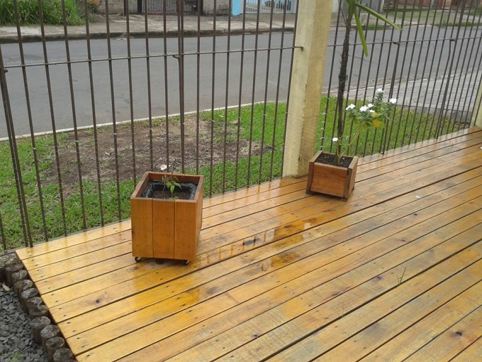 Pallets made garden deck pallet ideas recycled for Garden decking projects