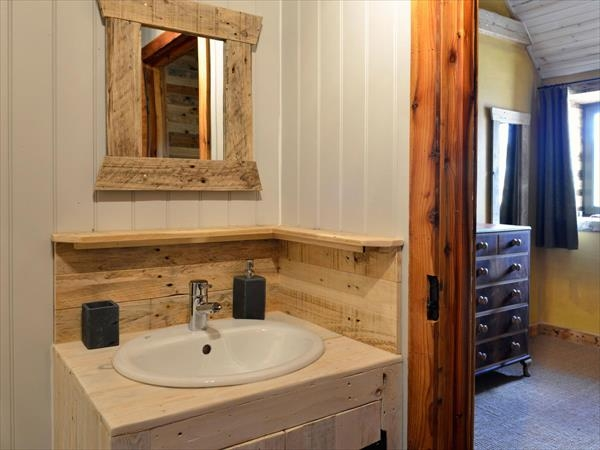 Upcycled Bathroom Ideas: Using Old Pallets For Bathroom