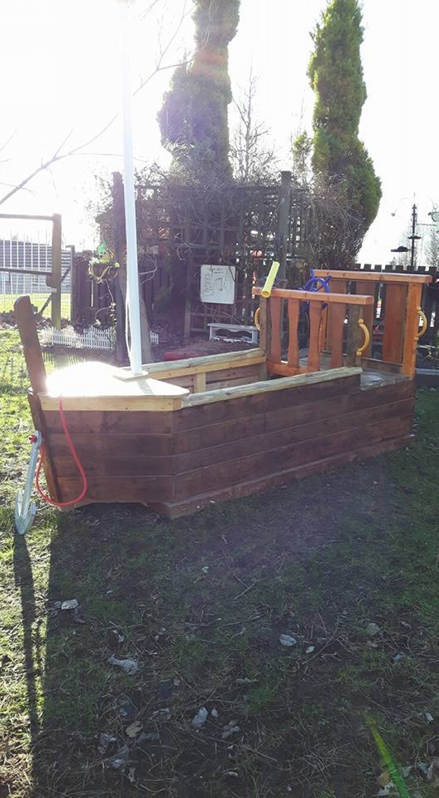 Pallet boat playhouse for kids pallet ideas recycled for Pallet boat plans