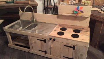 Sensational Pallet Kitchen for Kids