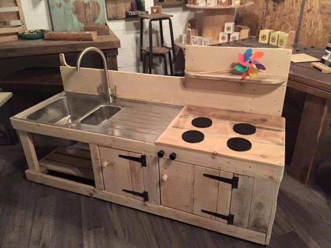 Sensational pallet kitchen for kids pallet ideas for Pallet kitchen ideas