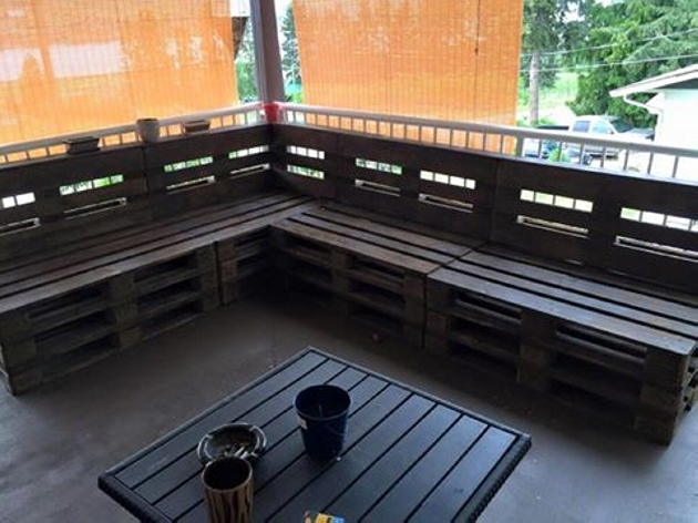 L shaped pallet patio bench