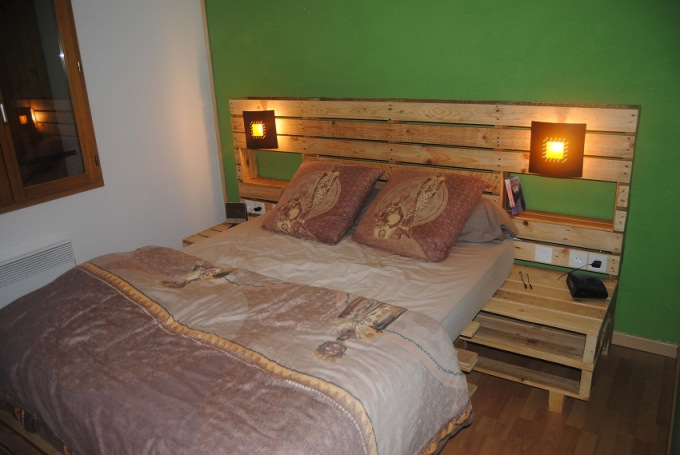 Pallet bed headboard with shelves pallet ideas recycled for Pallet headboard with shelves