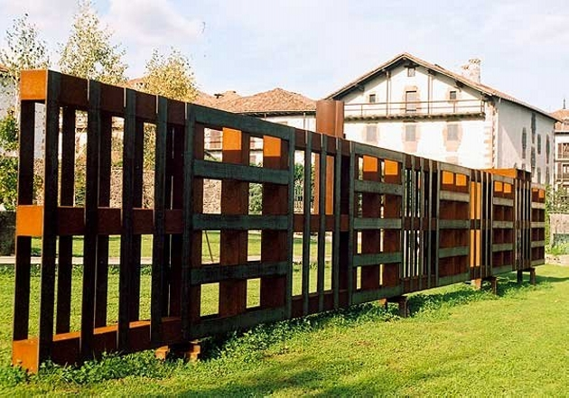 pallet picket fence ideas pallet ideas recycled upcycled pallets furniture projects. Black Bedroom Furniture Sets. Home Design Ideas