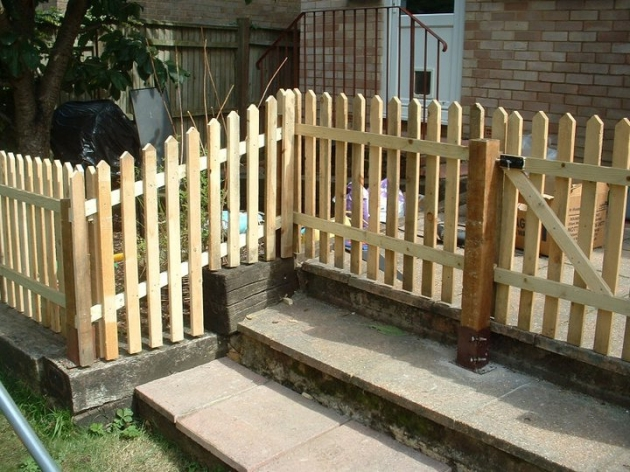 Pallet picket fence ideas pallet ideas recycled for Wood pallet fence plans