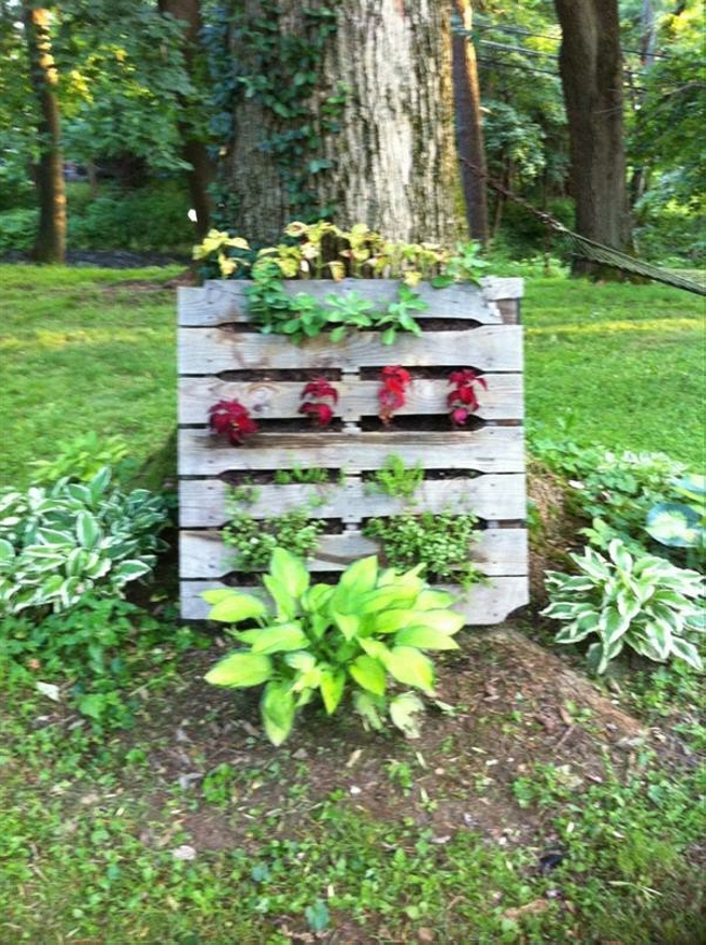 Pallet garden decorations pallet ideas recycled for Wooden garden decorations