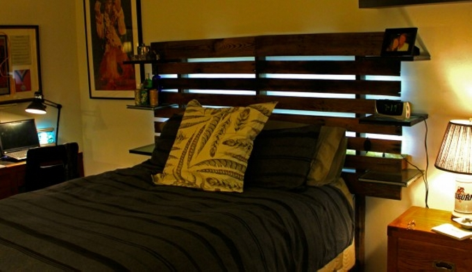 Pallet bed headboard with shelves pallet ideas recycled - Tete de lit en palette a faire soi meme ...