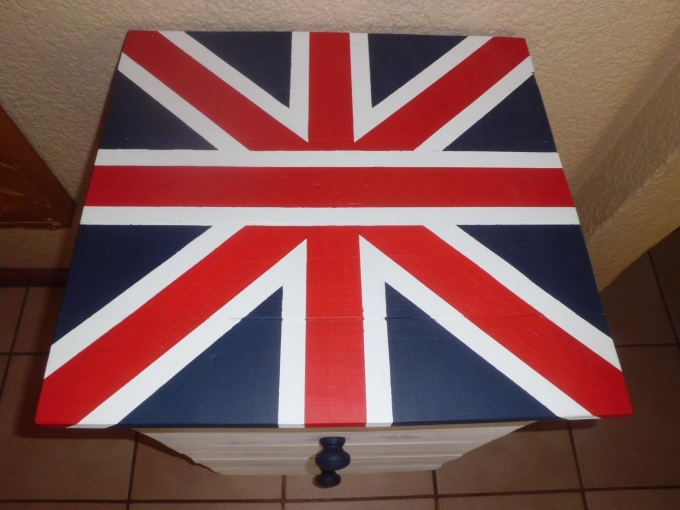 pallet side table with flag