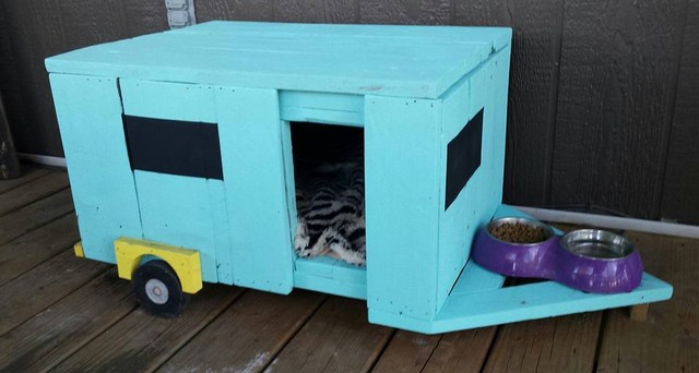 Cat camper built with pallets wood