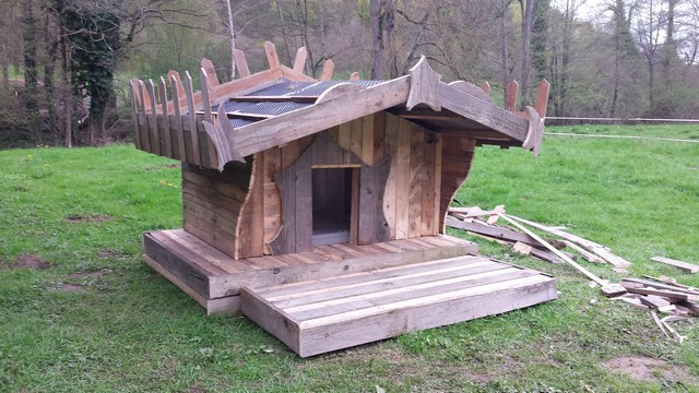 reclaimed pallet dog house