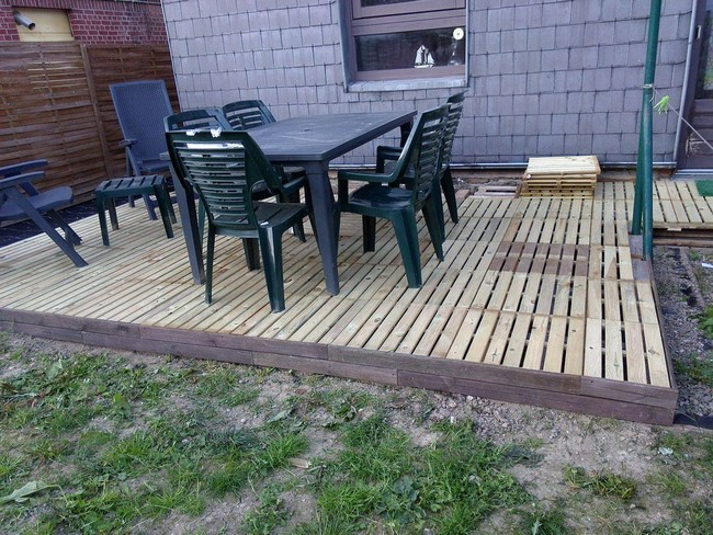 deck floor with pallets wood