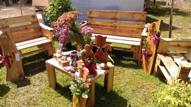 Pallet garden furniture idea pallet ideas recycled for Recycled garden furniture ideas