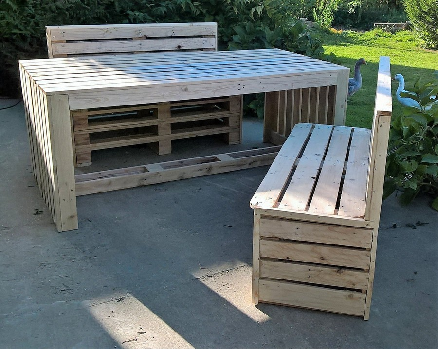 recycled pallet benches and table
