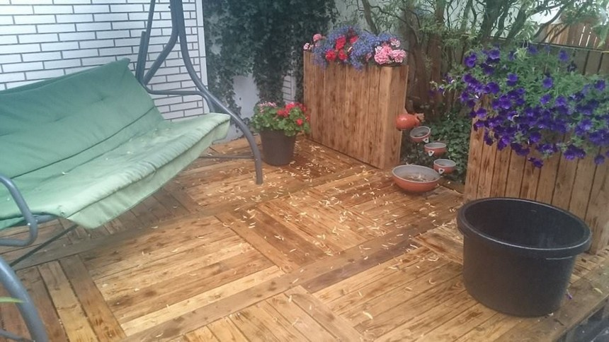 palelt garden deck with planters