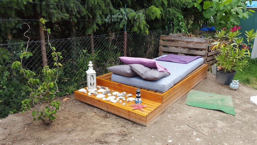 40 pallet ideas for your next diy project pallet ideas for Outdoor pallet daybed